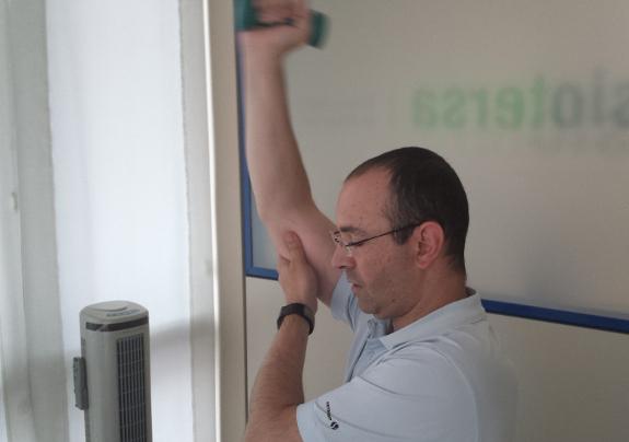 Los ejercicios con pesas forman parte de la terapia para recuperar la fuerza en el hombro con prótesis.