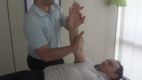 Su fisioterapeuta le ayudará a realizar ciertos ejercicios y le dará recomendaciones para cuidar su hombro.