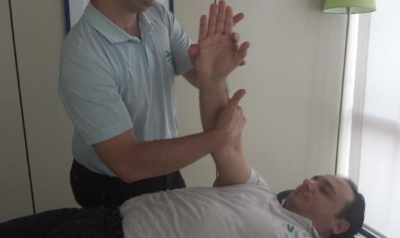 La acción de los masajes le ayudará a recuperar cuanto antes la fuerza y movilidad del hombro con prótesis.