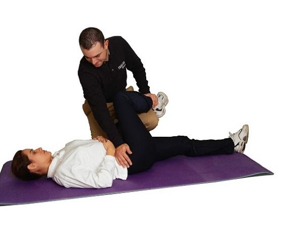 Fisioterapeutas trabajando con una prótesis de cadera
